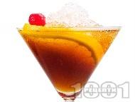Манхатън коктейл (Manhattan Cocktail) с уиски, вермут, битер и портокал в чаша за мартини